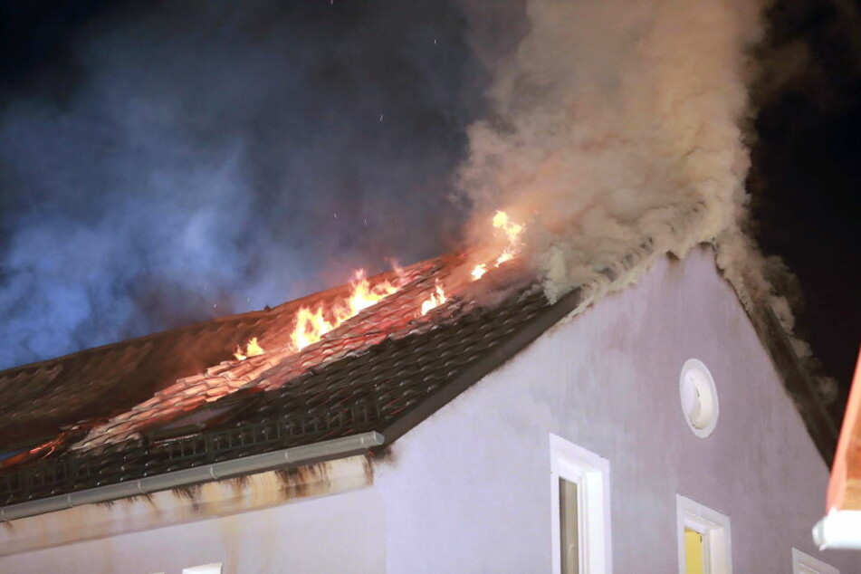 Warum das Feuer in dem leerstehendem Gebäude ausbrach, ist noch unklar.
