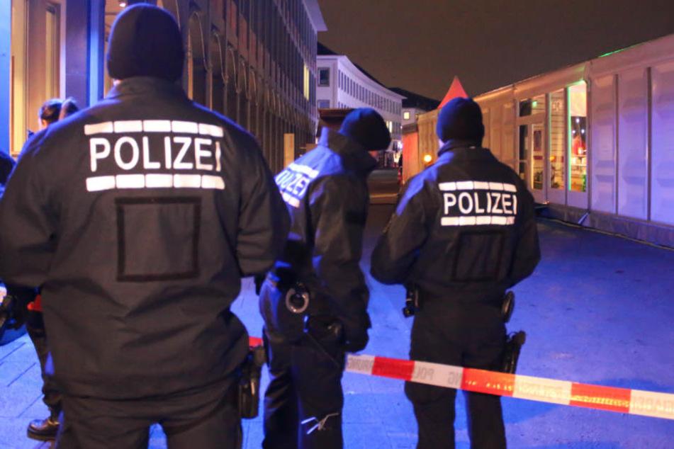 Dezember 2017: Polizeikräfte am abgesperrten Schlossplatz in Karlsruhe.