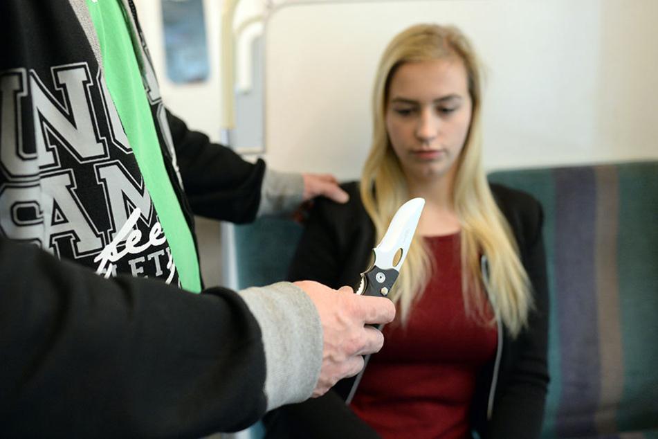 Ein Frau wird in einer S-Bahn mit einem Messer bedroht. (Symbolbild)