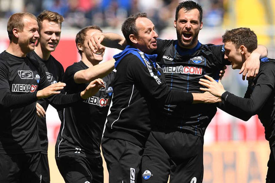 Torjubel über die 1:0-Führung: Koen van der Biezen lässt sich von seinem Team feiern.