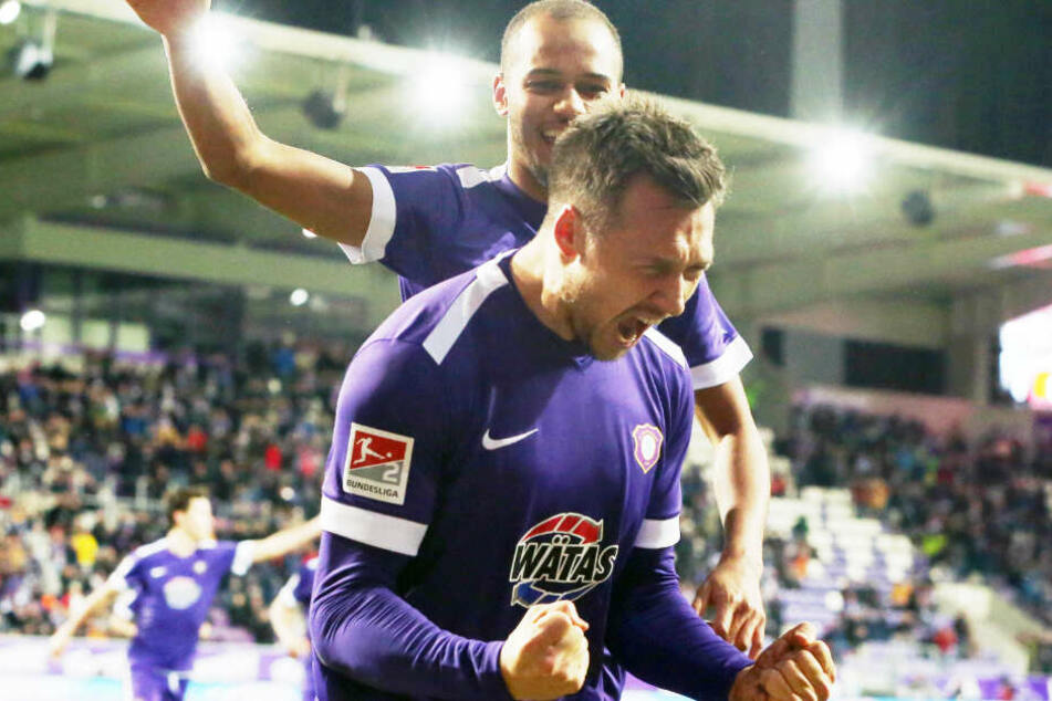 Sören Gonther ballt die Fäuste - gerade hat er gegen Regensburg getroffen.