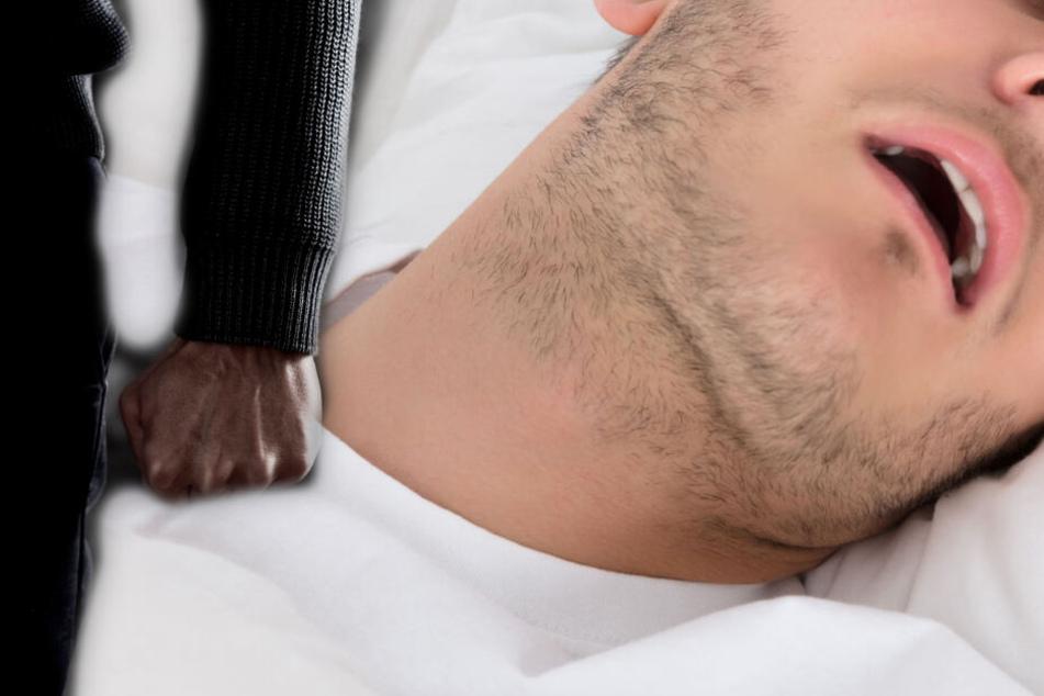 Fotomontage: Erst ging der 32-Jährige auf seinen Bruder und die Beamten los, dann legte er sich schlafen (Symbolbild).