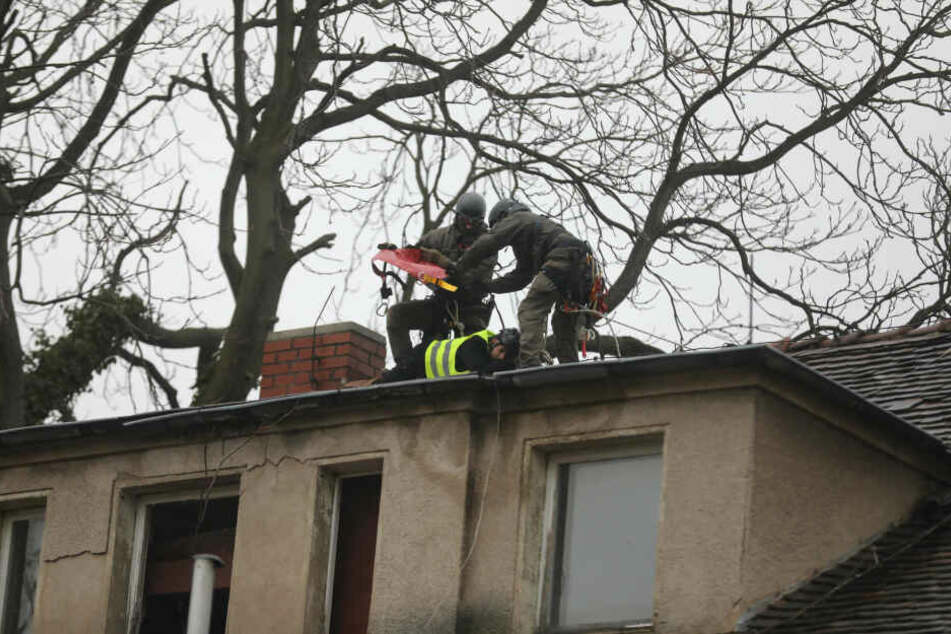 Die SEK-Beamten holen die Aktivisten nach und nach vom Dach.