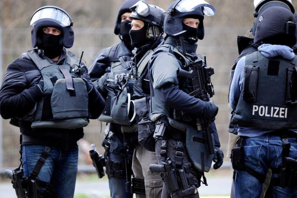 Mann läuft mit Pistole und Messern durch Treppenhaus: SEK greift an