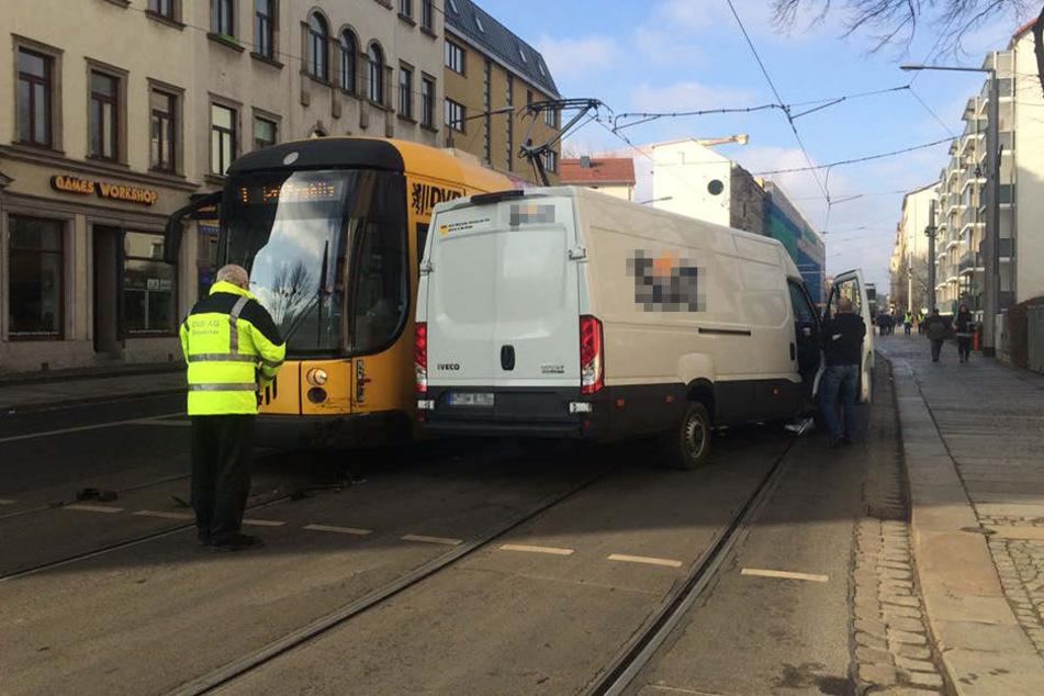 Transporter kracht mit Straßenbahn zusammen