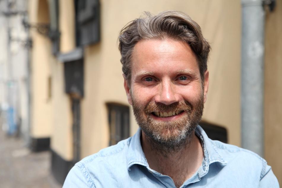 Der Glücksbuchautor und Gründer des Happiness Museums in Kopenhagen, Meik Wiking, steht vor seinem Museum.