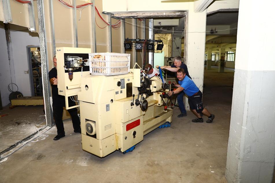 Der frühere MZ-Chefkonstrukteur Bernd Baumgartl, Dirk Klädtke (46) und Peter Haase (v. l.) bringen eine der Großmaschinen zurück ins alte MZ-Werk.