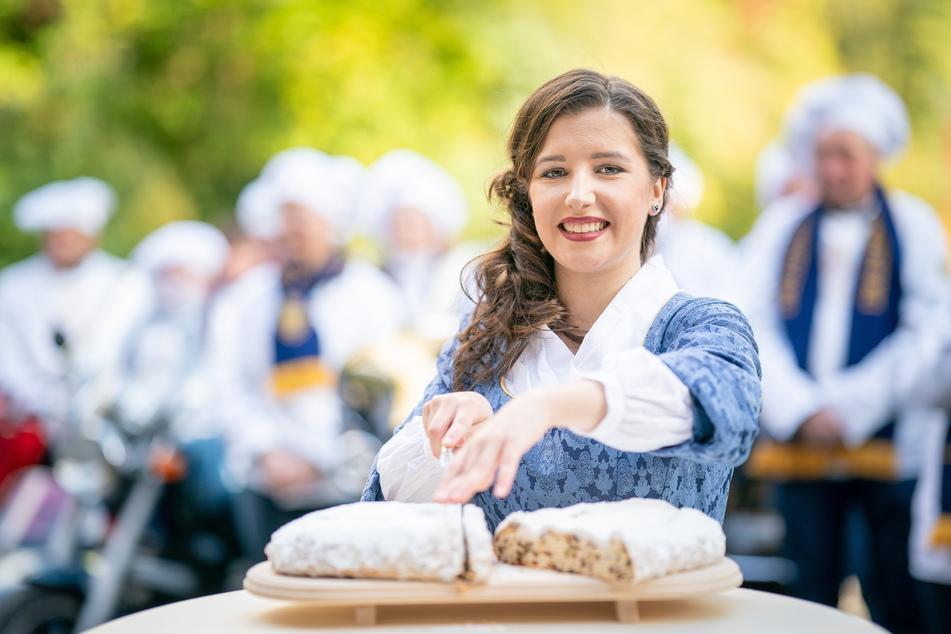 Stollenmädchen Lisa Zink (17) schneidet vorsichtig den ersten Dresdner Christstollen an.
