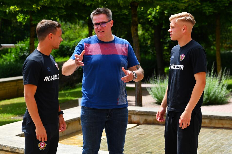 Drei Vogtländer bei Dynamo: Chris Löwe (32, l.) und Jonas Kühn (19) im Gespräch mit TAG24-Redakteur Thomas Nahrendorf (M.).