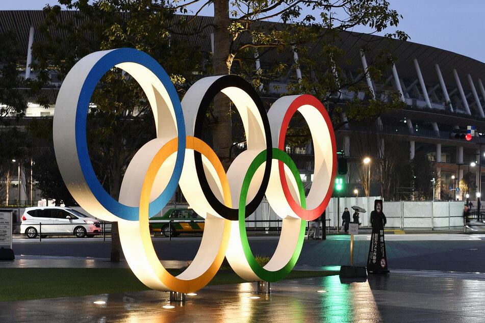 Eine Installation vor dem neuen Nationalstadion, dem Hauptschauplatz der Olympischen und Paralympischen Spiele in Tokio, zeigt die Olympischen Ringe.