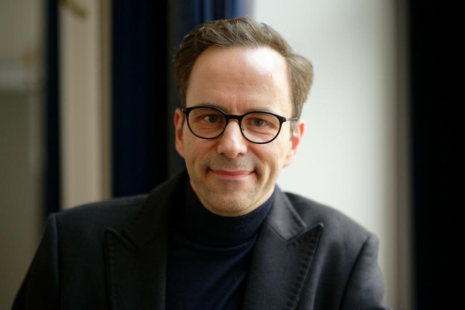 Der Moderator Kurt Krömer (45) schaut bei einer Pressekonferenz zur Bekanntgabe der Grimme-Preise 2020 in die Kamera.