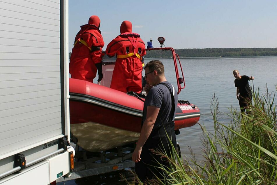 Kameraden der Feuerwehr am Freitag bei der Bergung der Frauenleiche.