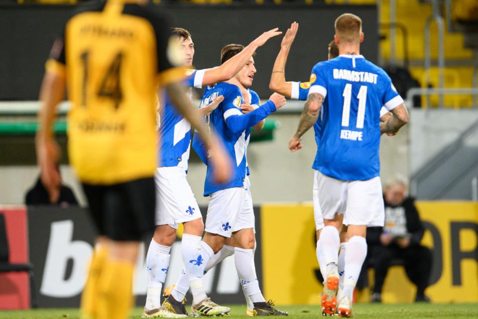 Darmstadts Fabian Schnellhardt (M) jubelt nach seinem Tor zum 0:1.