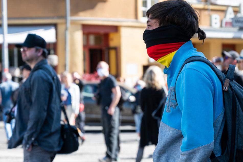 Menschen stehen bei einer unerlaubten Demonstration auf dem Rosa-Luxemburg-Platz. (Archivbild)
