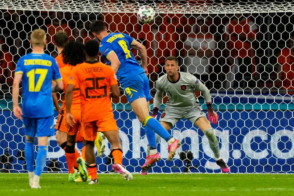 Kurzzeitiger Schock für die Elftal! Roman Yaremchuk (2.v.r.) trifft per Kopf zum 2:2 für die Ukraine.