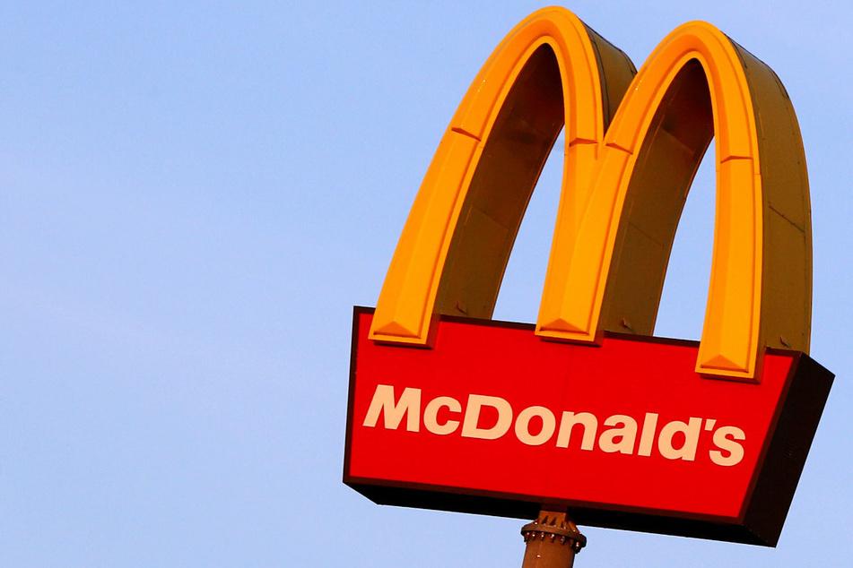 Bei Mäcces Burger essen und zur Impfung überzeugt werden? Könnte klappen, so hofft der Konzern.