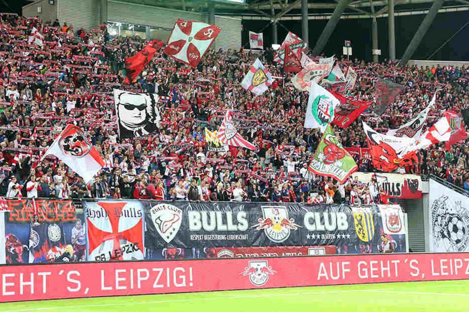 Bei RB Leipzig sollen die Zaunsfahnen nicht länger der Werbung den Blick versperren.