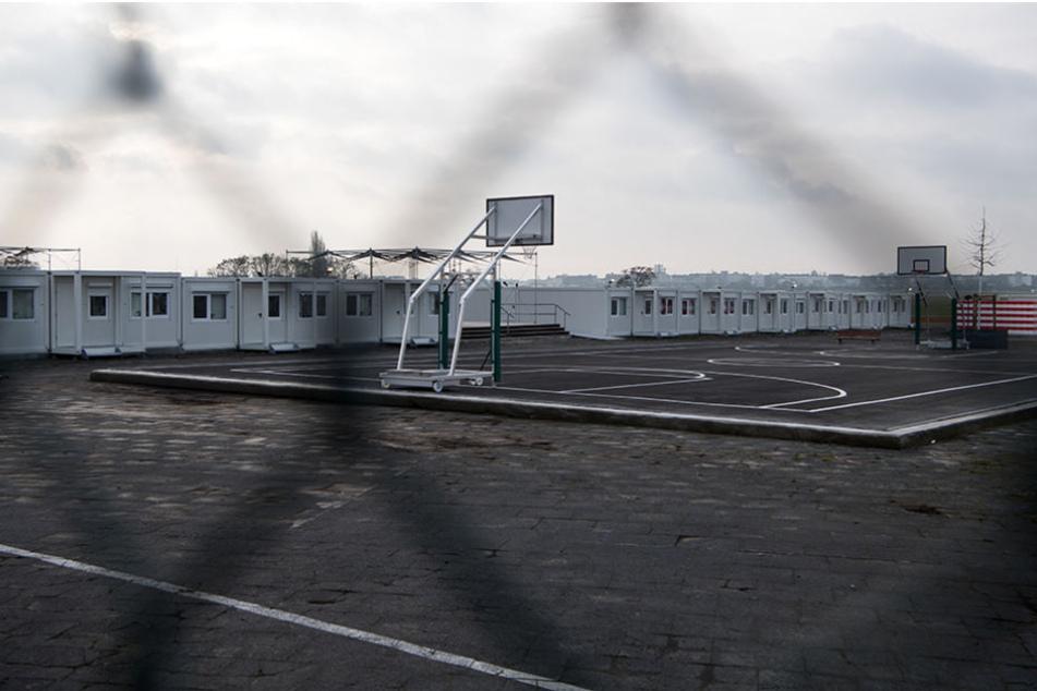 Neben den Wohncontainern bieten auch Freizeitaktivitäten wie Basketball den Asylbewerbern Beschäftigungsmöglichkeiten.