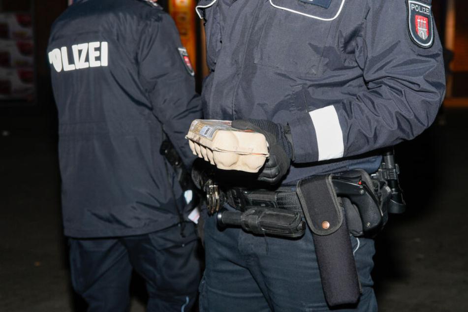 Polizisten haben mehrere Eierkartons beschlagnahmt.