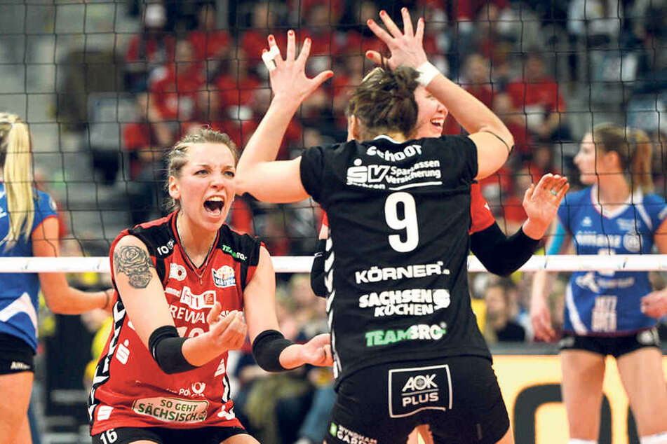 Katharina Schwabe (l.) und Myrthe Schoot bejubeln hier im Finale einen Punkt.