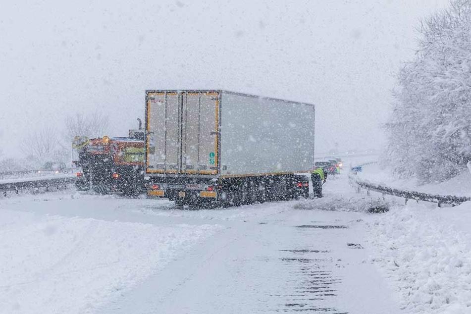 Der Winterdienst versucht, einen auf der A4 bei Wachau querstehenden LKW wieder frei zu bekommen.