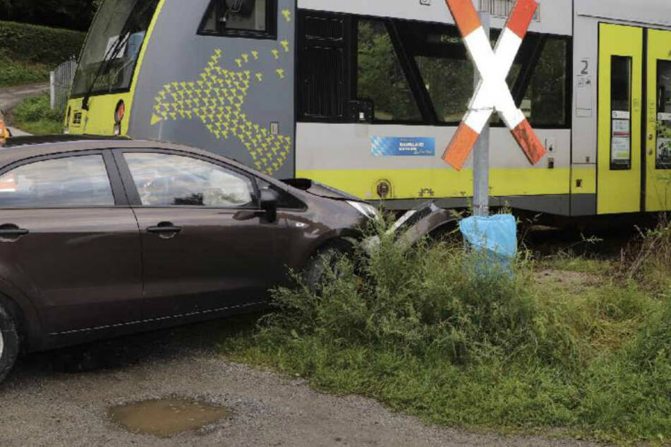 Zug entgleist! Autofahrerin rammt Regionalbahn