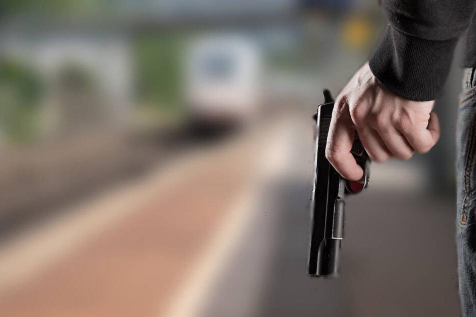 Nachdem er zwei Schüsse abgegeben hatte, flüchtete er aus dem Bahnhof (Symbolbild).