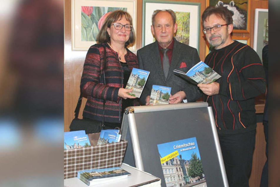 Crimmitschau hat jetzt endlich seinen eigenen, reich bebilderten Stadtführer. Andrea Bereš, Fachbereichsleiterin für Wirtschaftsförderung und Tourismus, bei der Präsentation zusammen mit Verlagsleiter Josef Fink (Mitte) und Fotograf Carlo Böttger.