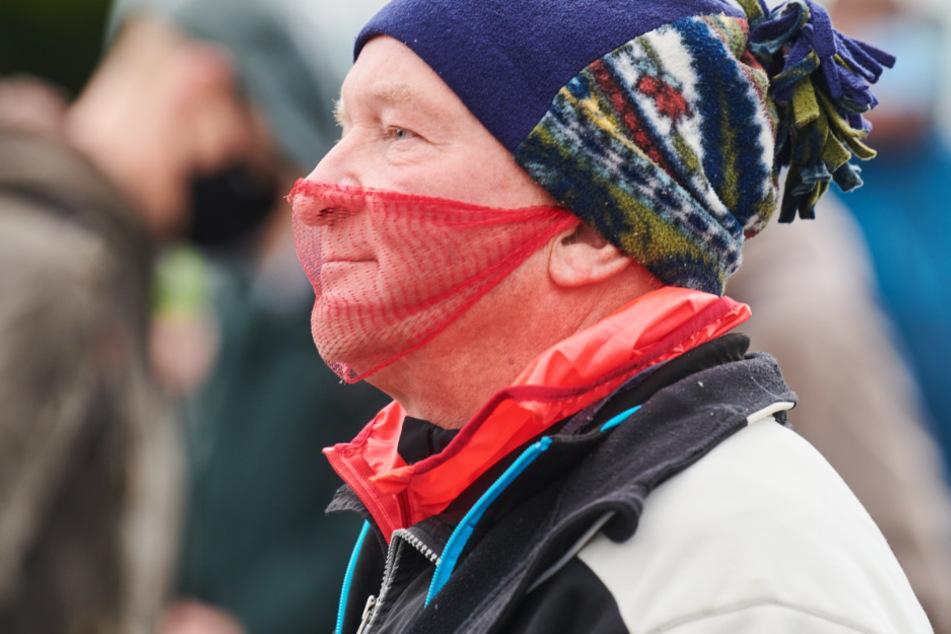 Ein Demonstrant mit einem luftdurchlässigen Mundschutz nimmt an der Querdenken-Demo vor dem Brandenburger Tor teil. (Symbolbild)