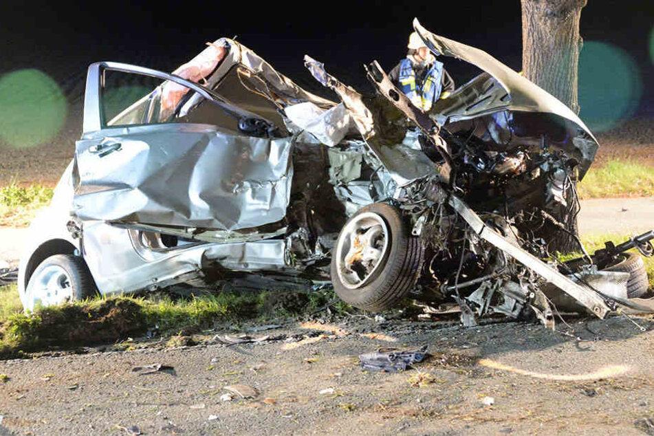 Vom Auto eingeklemmt: 33-jähriger Mann lebensgefährlich verletzt
