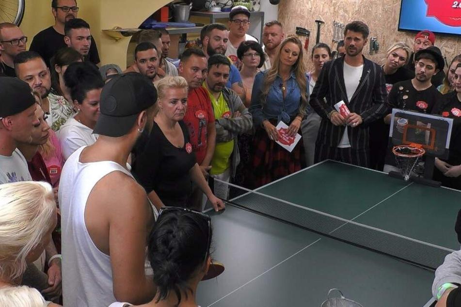 Bei verschiedenen Spielen konnten sich die Kandidaten sowohl Geld für Essen und Getränke erspielen als auch aus der Show fliegen.
