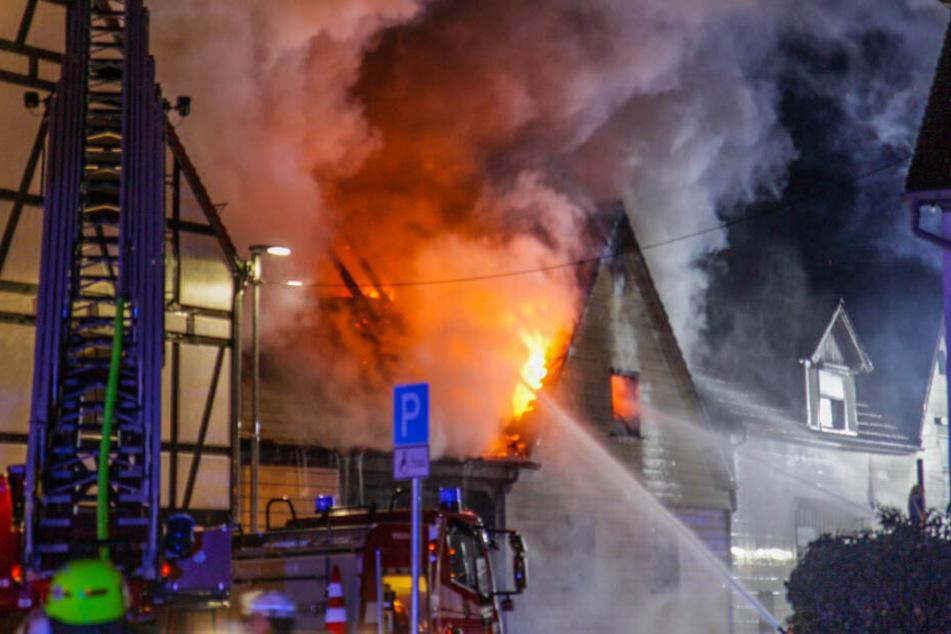 Wohnhaus steht in Flammen: Anwohner müssen in Notunterkünfte