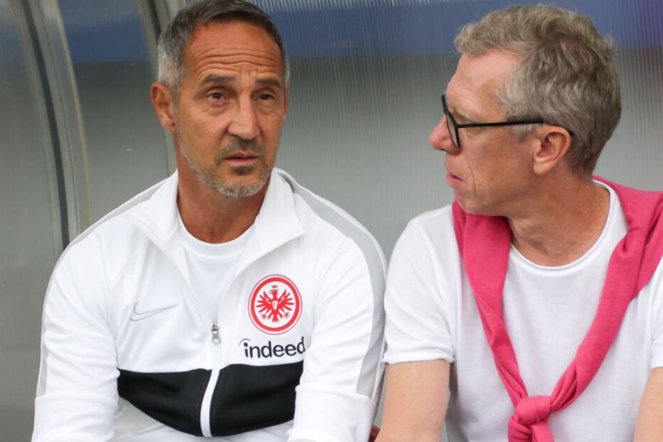 Adi Hütter (l.), Trainer des Fußball-Bundesligisten Eintracht Frankfurt, und Peter Stöger, Sport-Vorstand des österreichischen Fußball-Erstligisten Austria Wien.