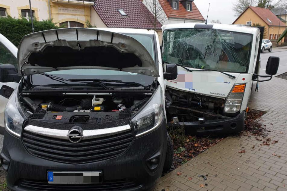 Schwerer Crash: Transporter krachen ineinander