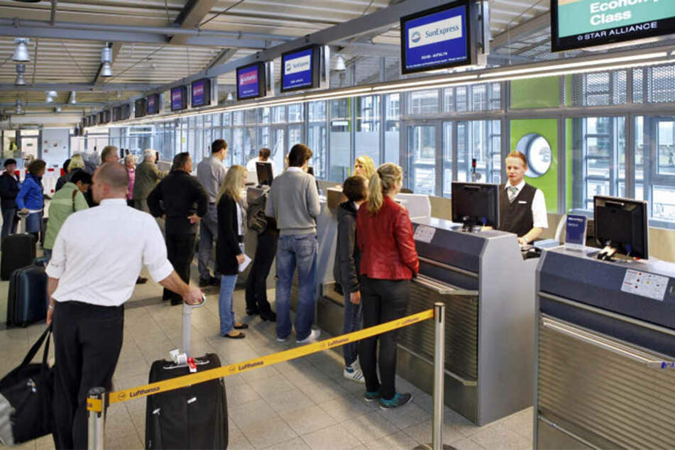 Im Terminal-Bereich stehen die Pfandflaschen-Behälter.