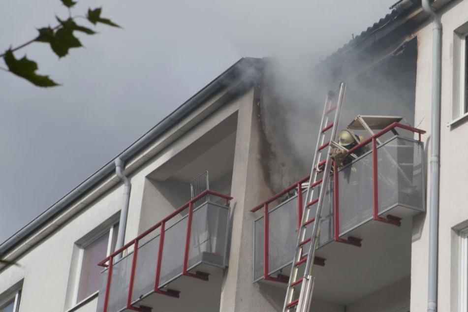 Dunkler Rauch steigt aus der Wohnung im dritten Stock.