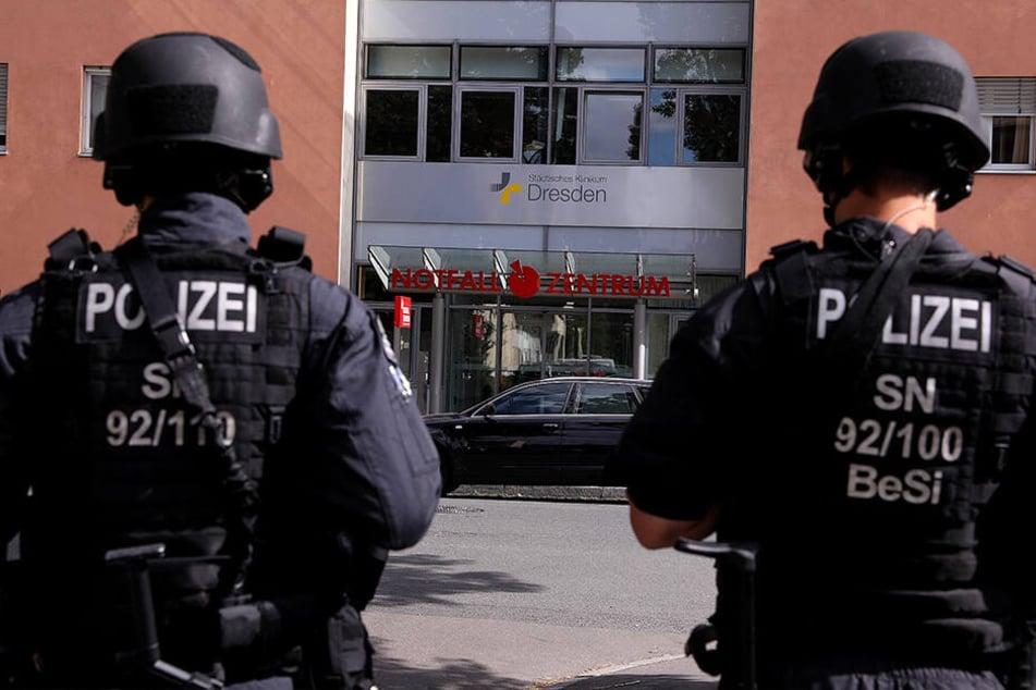 Spezialkräfte der Polizei sichern seit etwa 15 Uhr das Krankenhaus Neustadt.