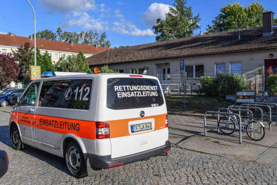 Ein Einsatzfahrzeug vom Rettungsdienst fährt am Gebäude der betroffenen Kita Wirbelwind vorbei.