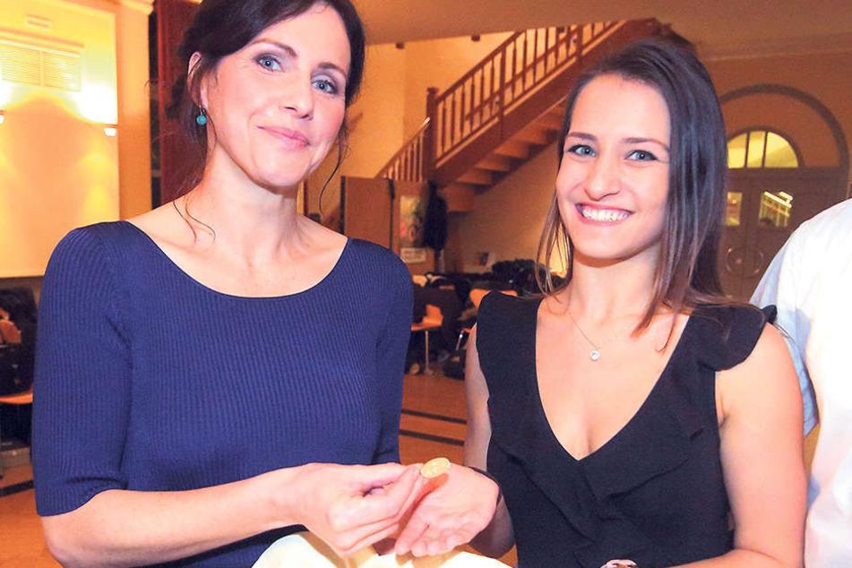 Sachsens First Lady Annett Hofmann (42) überreicht den Debütanten, die in Coswig ihr Tanztraining absolvierten, die SemperOpernball-Anstecknadeln.