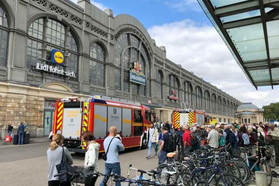 Die Menschen stehen vor dem Ein- und Ausgang des Hauptbahnhofes in Richtung Prager Straße.