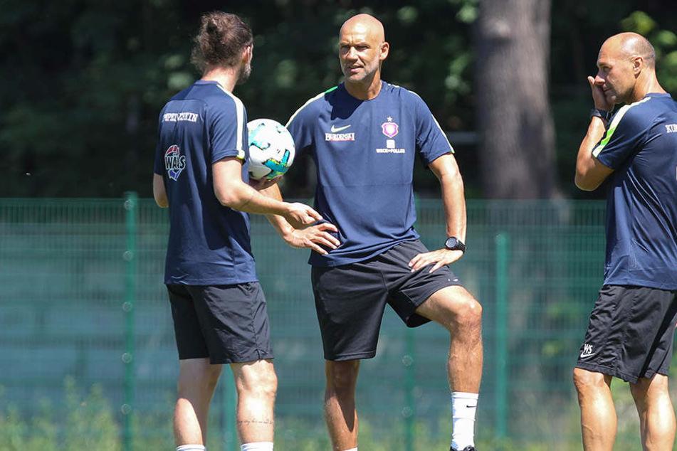 Auf gute Zusammenarbeit beim FC Erzgebirge! Cheftrainer Thomas Letsch (M.) mit seinem Co. Robin Lenk und Fitness-Coach Werner Schoupa.