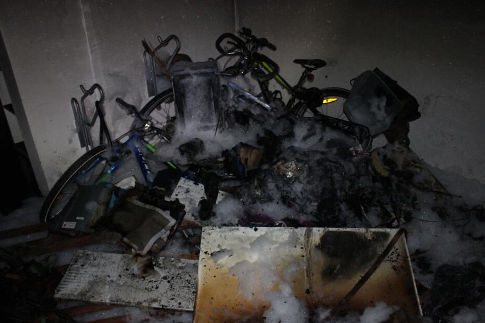 Brandstiftung! Feuerwehr muss Haus evakuieren, Frau schwer verletzt