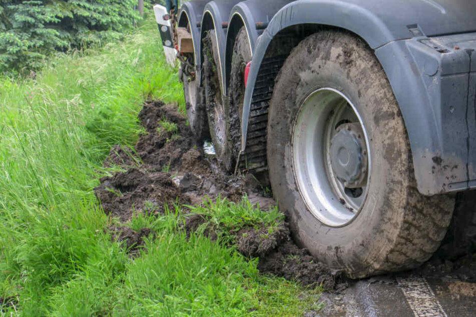 Der Laster war in den Straßengraben gerutscht und drohte umzukippen.
