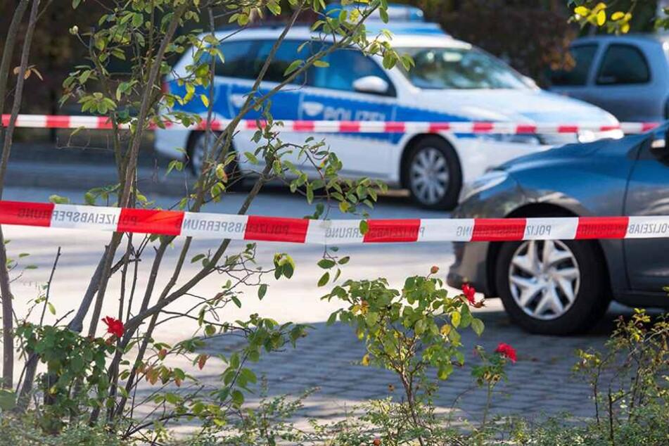 Ein Polizeiauto steht im Oktober 2016 am Tatort in Ludwigsfelde.