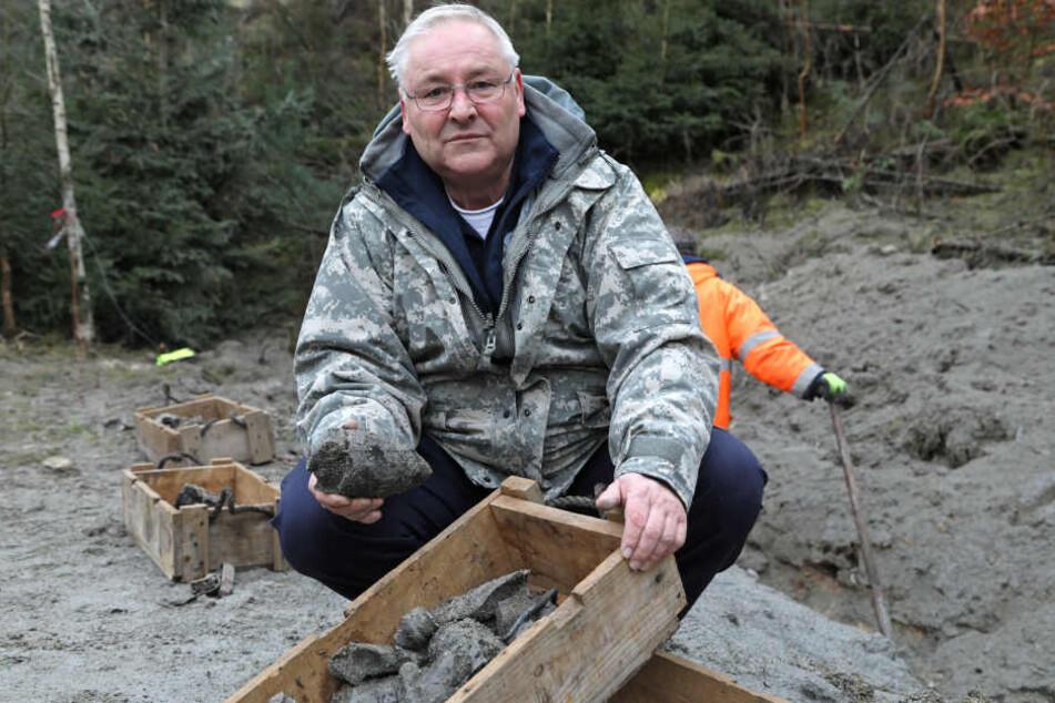 Sprengmeister Joachim Kniesche (63) zeigt die Granaten-Überreste nach seinem erfolgreichen letzten Einsatz.