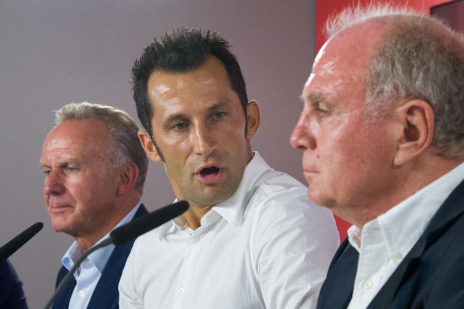 Vorstandschef Karl-Heinz Rummenigge (l) und Hasan Salihamidzic (M) hatten die Erklärung unterzeichnet.