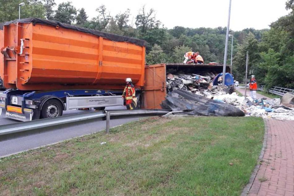 Der Lastwagen stürzte auf die rechte Seite.
