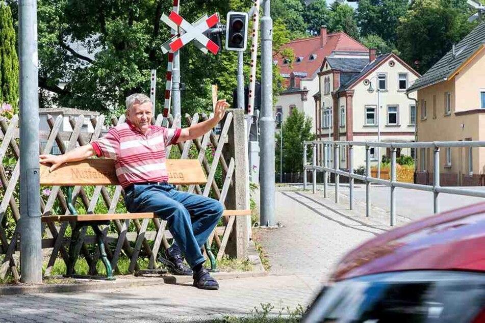 Anwohner Manfred Richter (61) ist begeistert von der Mitfahrbank.