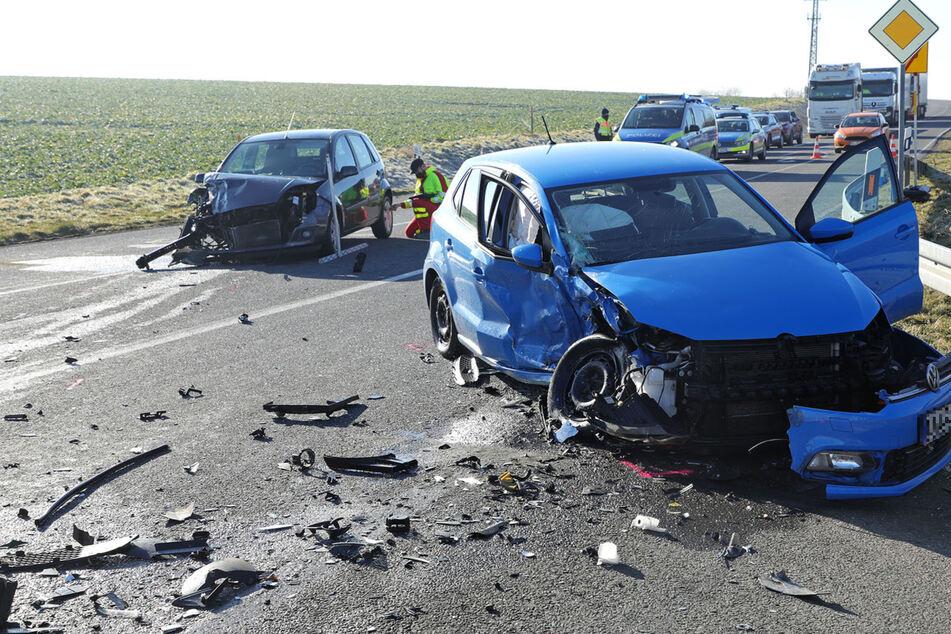 Schlimmer Unfall mit zwei Schwerverletzten: VW und Ford stoßen frontal zusammen