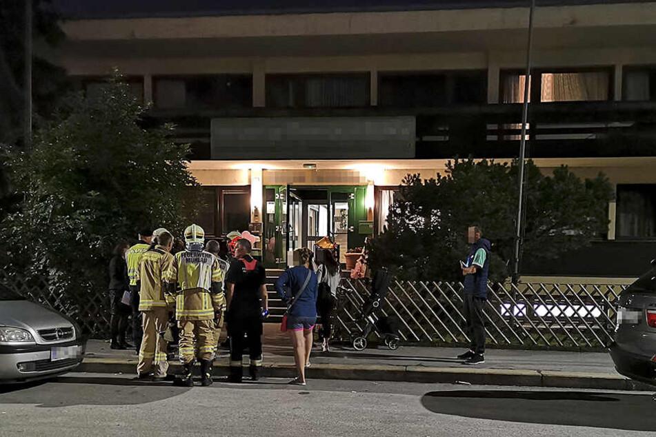 Bilder von vor einem Krankenhaus indem Hochzeitsgäste medizinisch betreut wurden.